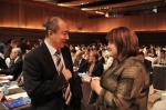 La Dre Susan Brien en discussion avec un délégué de la conférence